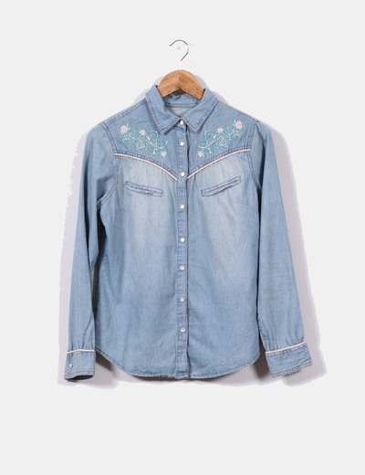 Camisa vaqueradetalle  bordados florales Denim Co.