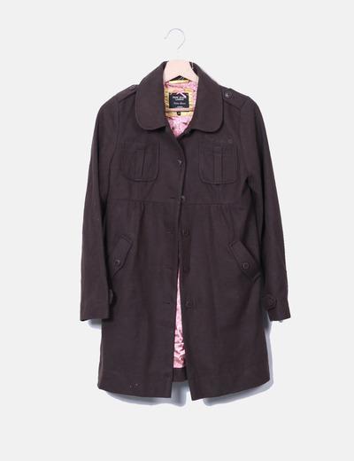Abrigo marrón bolsillos