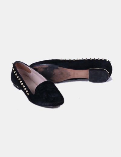 Zapato plano texturizado negro con tachas doradas