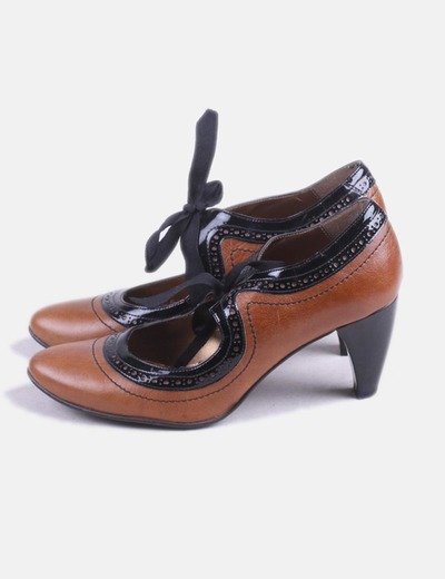 Zapato de tacón marrón lazo