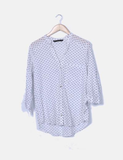 Camisa oversize blanca con topos azul marino
