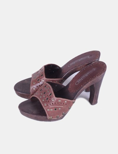 Sandalia marrón de madera destalonada Mellachia