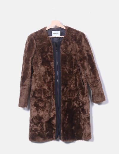 Abrigo de pelo marrón con cremallera