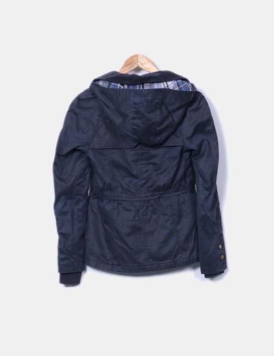 Parka azul marina con bolsillos y capucha