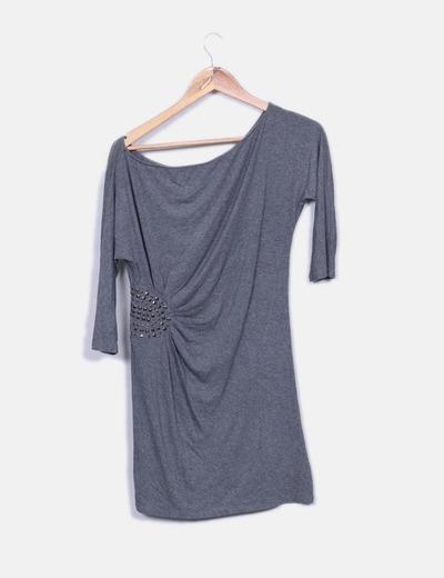 Vestido gris con tachas