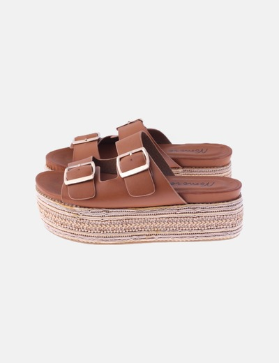 Sandalia plataforma marrón con hebillas