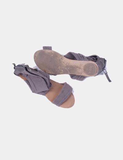 Sandalia plana gris de tela