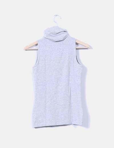 Camiseta gris con cuello sin mangas