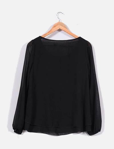 Blusa negra con chorreras