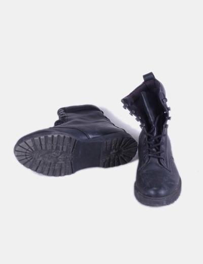 Bota negra de media cana con cordones