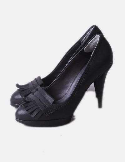 Zapato de tacón negro con flecos