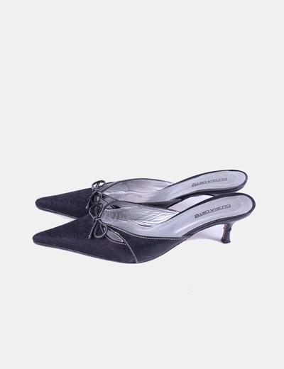 Sandalia negra de punta destalonada Gloria Ortiz