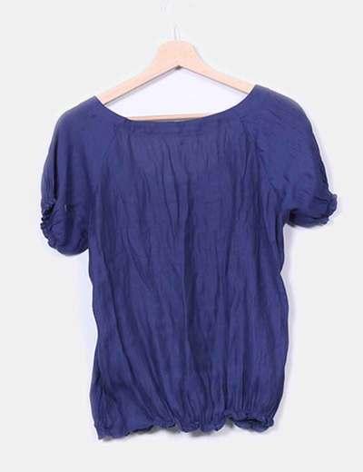 Blusa azul semitransparente fruncida