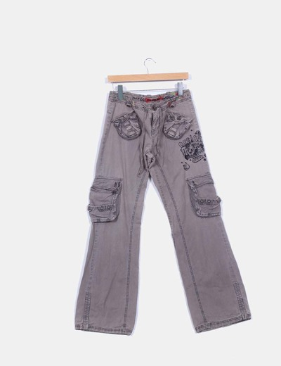 Pantalon baggy gris topo detalles bolsillos y bordados a color