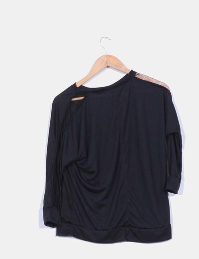Camiseta negra con encaje en las mangas