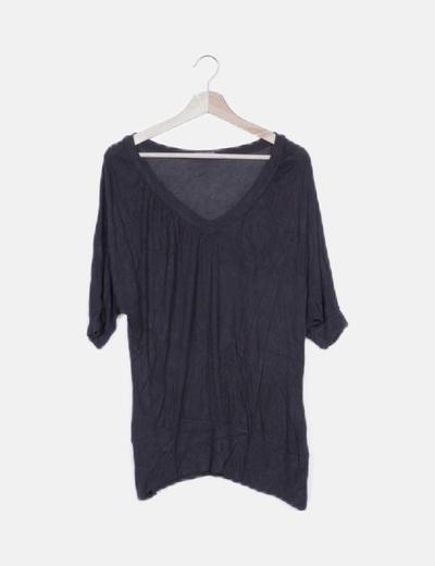 Camiseta fluida negra escote pico
