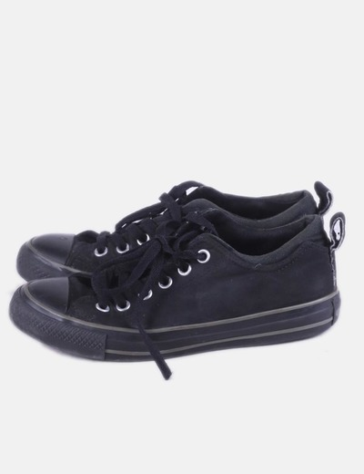 Sneaker negra de cordones