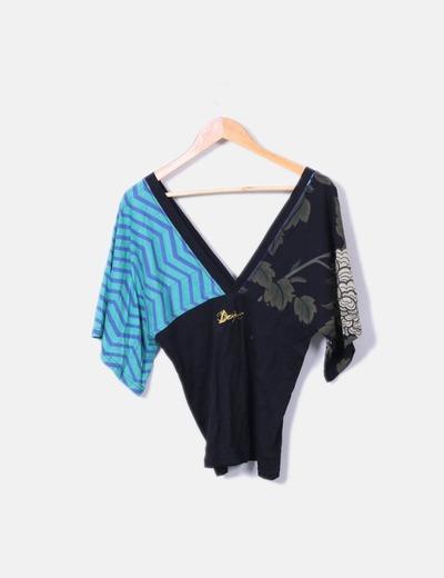 Camiseta estampado multicolor escote pico