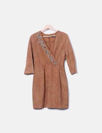 Vestido de ante camel con bordado de abalorios