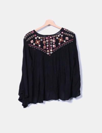 Blusa negra con bordado y troquelado