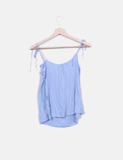 Blusa azul con encaje y detalles plisados