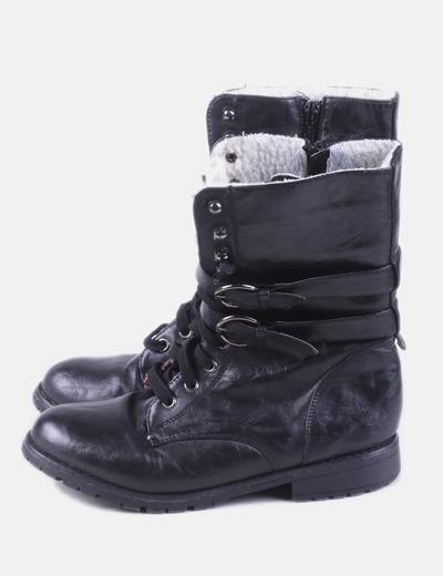 Bota negra militar con hebillas