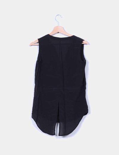 Blusa negra con tachas en hombros