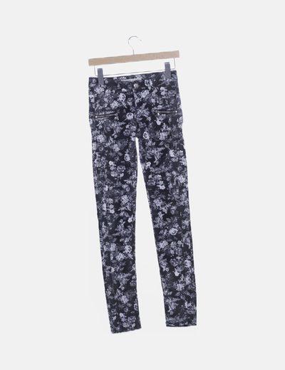 Pantalón pitillo negro floral
