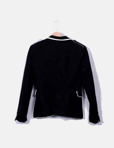 Blazer negra con bordado blanco