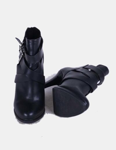 Botines negros con tiras