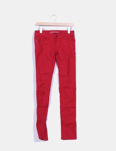 Pantalón rojo Stradivarius