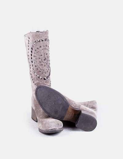 Bota de ante gris con tachas
