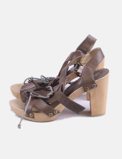 Sandalia marrón con tachas
