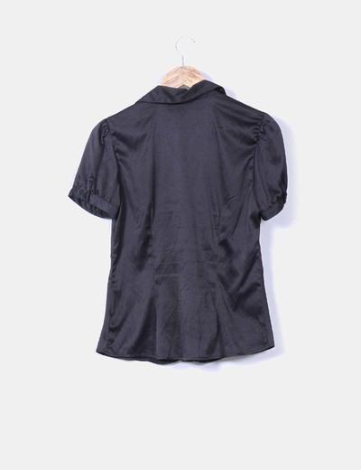 Blusa negra satinada manga corta