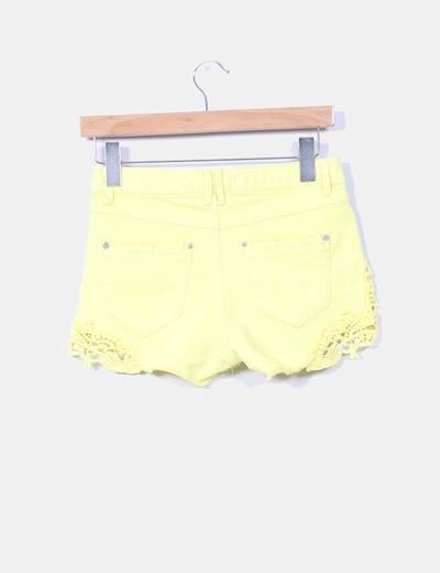 Short amarillo combinado con crochet