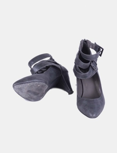Zapato gris de tiras