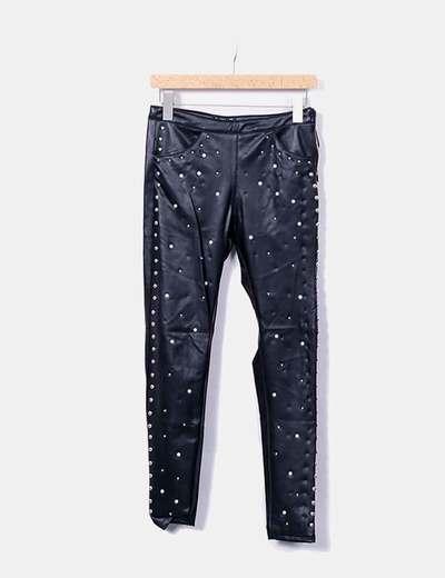 Pantalon noir en simili-cuir avec perles Bershka