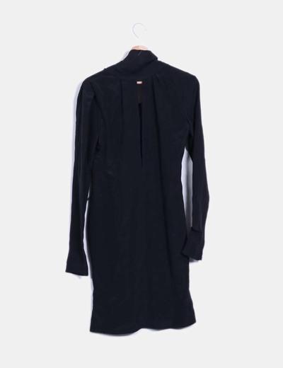 Vestido negro abertura en escote