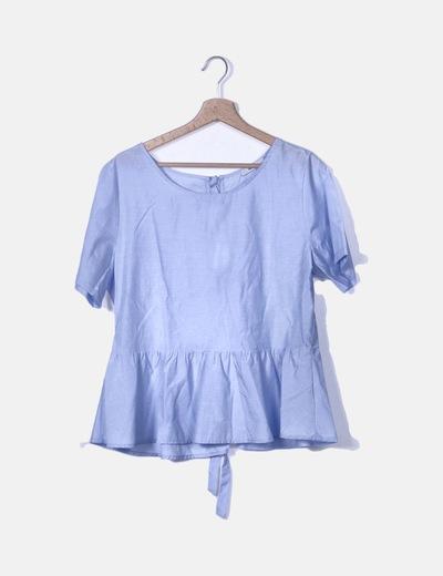 Blusa azul con lazos en la espalda