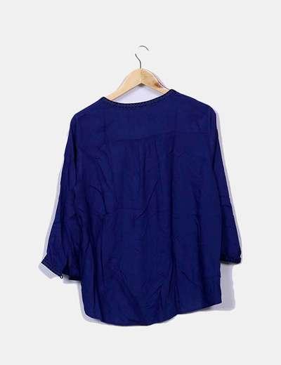 Blusa azul escote pico