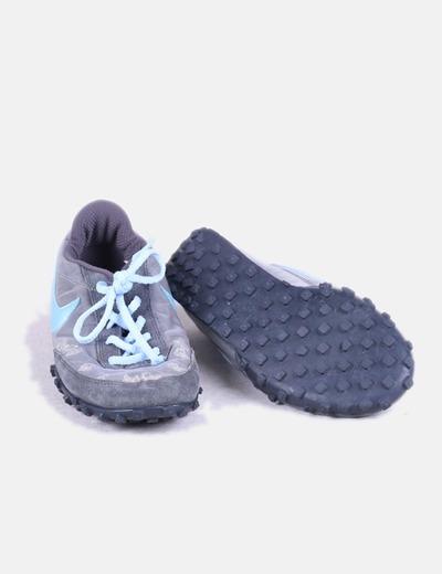 Zapatilla deportiva gris combinada