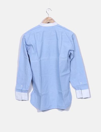 Camisa azul abotonada detalle escote