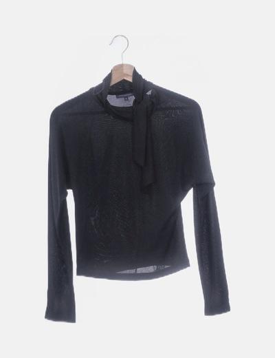 Camiseta cuello alto negro con lazada