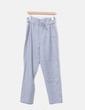 Pantalón fluido gris con cinturón Uterqüe