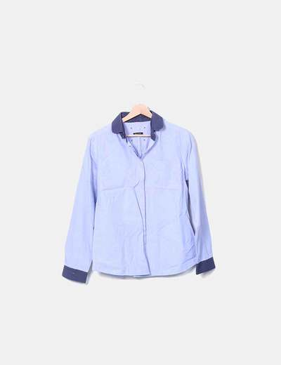 Camisa azul con cuello azul marino