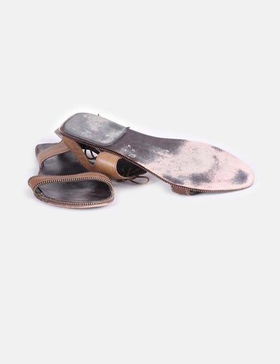 Sandalia marron cordones