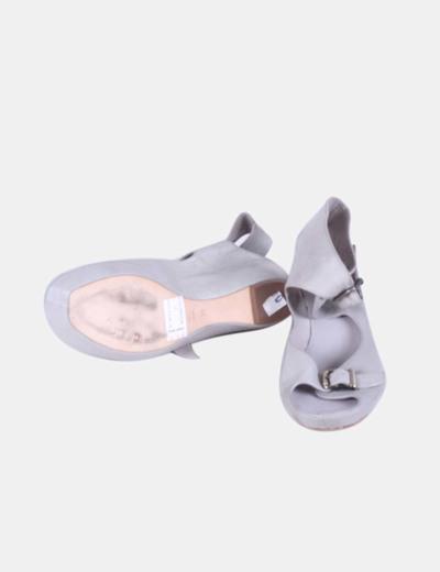 Sandalia gris con hebillas