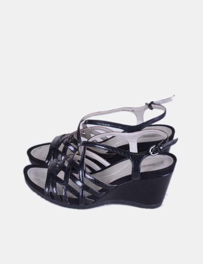 Sandalia negra de tiras acharolada  Geox