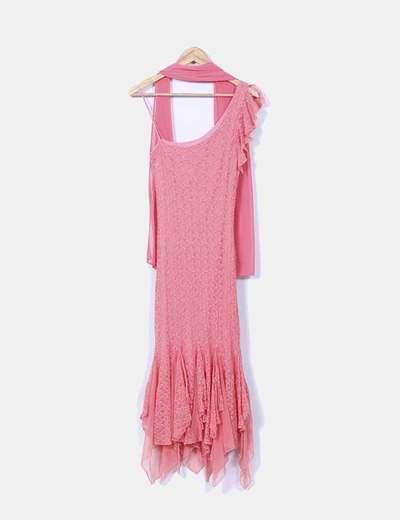 Vestido rosa de encaje con chal