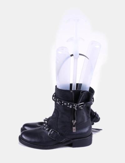 Botín negro con tachas